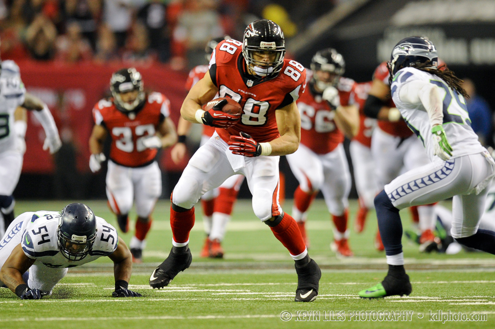 Tony Gonzalez carries the ball during the first half.