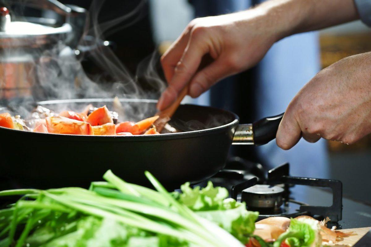 Bayram Sofrasında Yemek Pişirme
