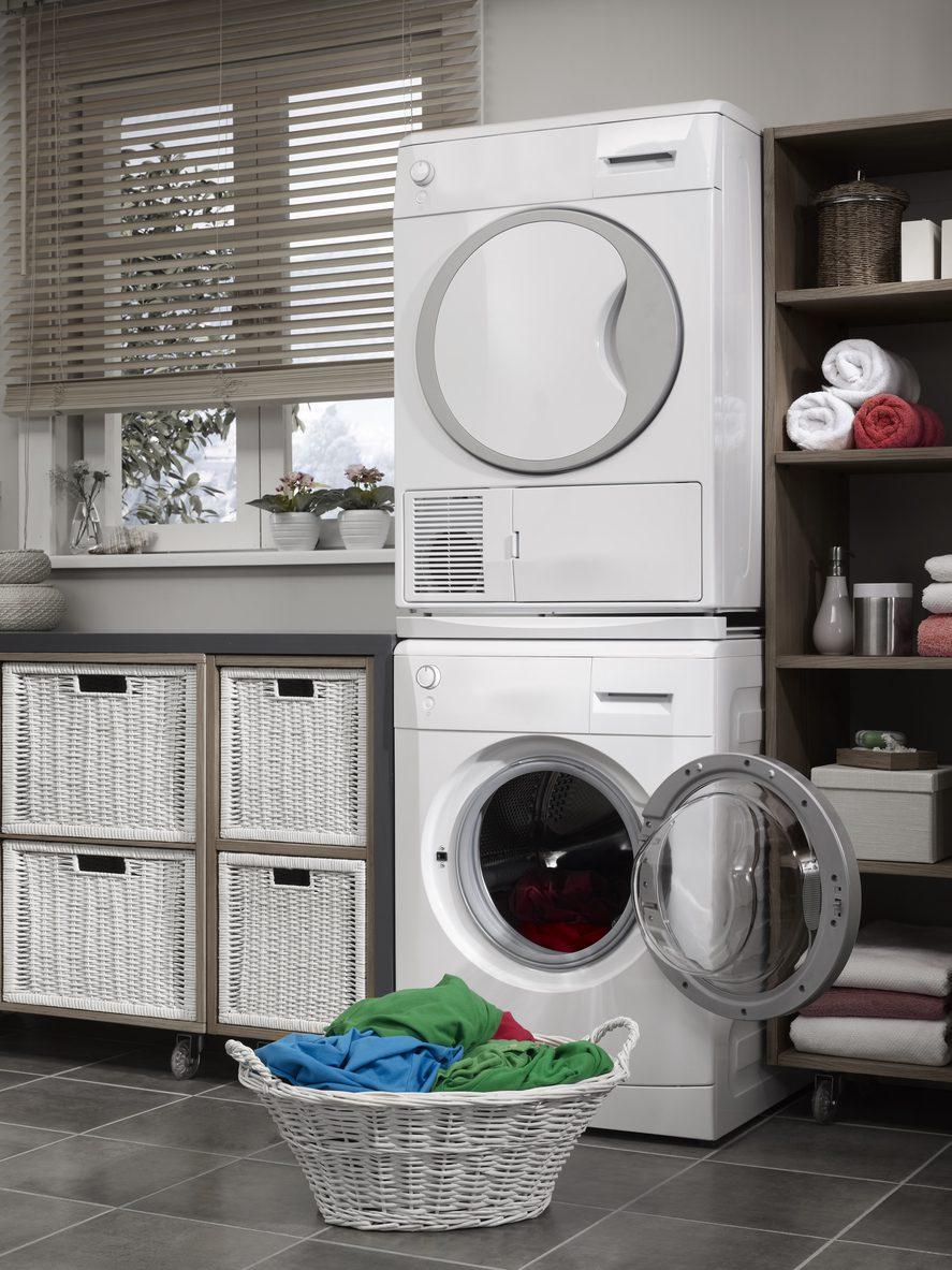 Çamaşır makinesi üzerine çamaşır kurutma makinesi monte etmek.