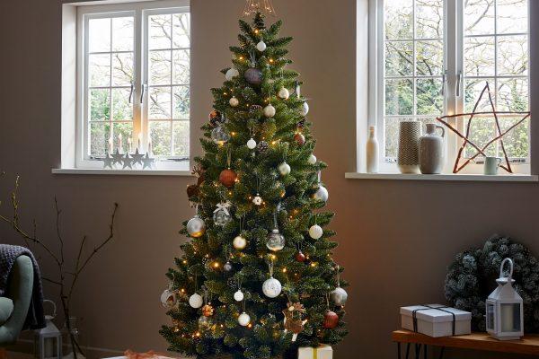 Süslenmiş yılbaşı ağacı ve hediye paketleri