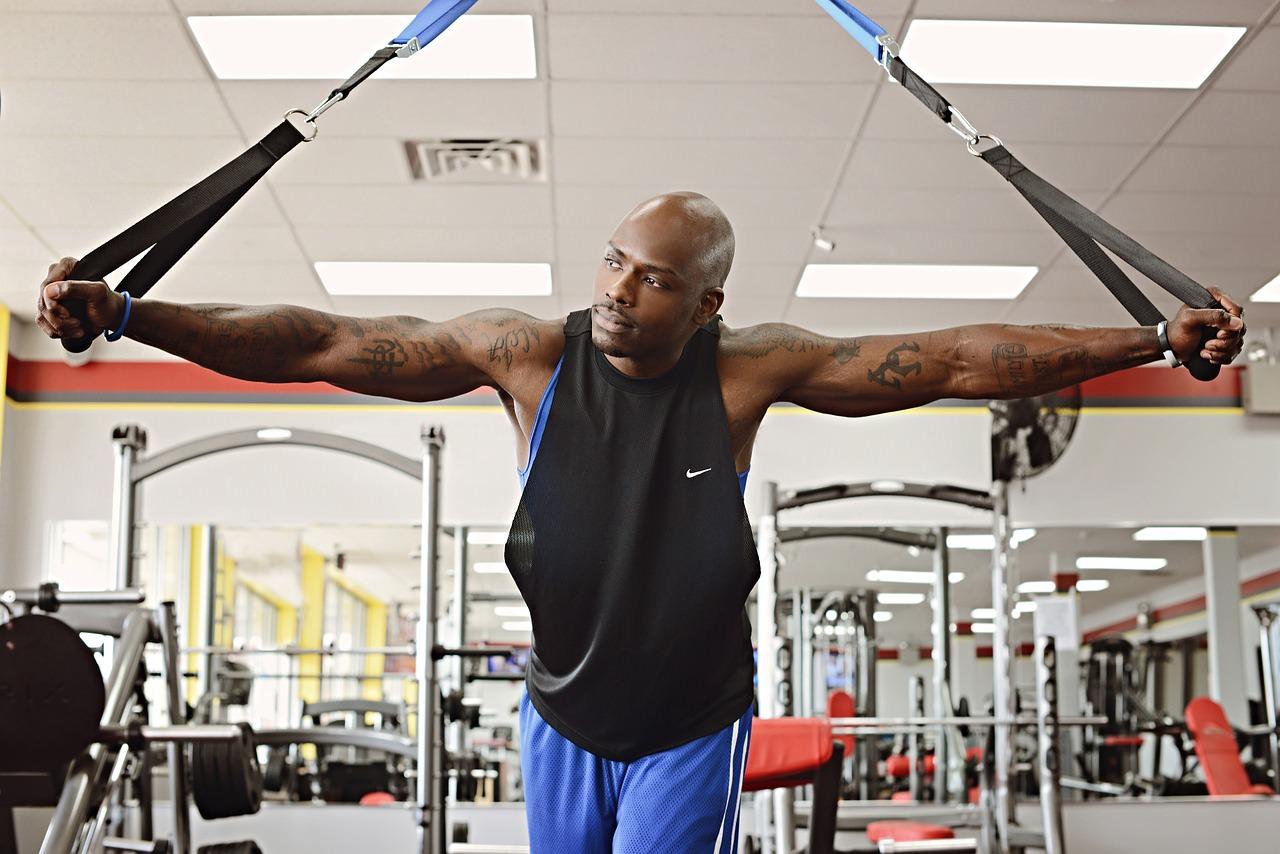 Hombre ejercitándose en el gimnasio