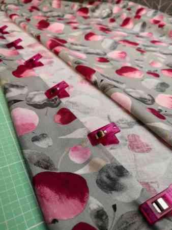gefalteter stoff mit apfelprint aus baumwolle von mezfabrics aus der tuttifrutti collection