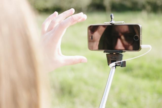 スマホで動画を撮影する人