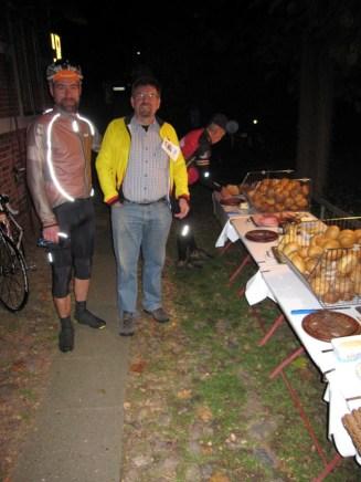 Andi und Burkhard vor einem der beiden Frühstücksbuffets, welches aus Platzmangel draussen aufgestellt wurde