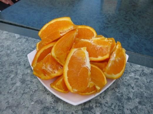 Orangenschnitze auf dem Marktplatz in Petra