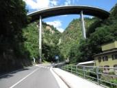 Faszinierende Strassenführung und Wasserfall