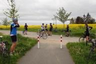 Kurzer Riegel-Pausen-Stop im Rapsfeld