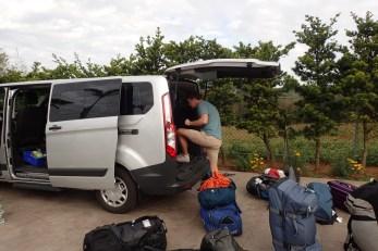 Packmeister beim Packen des Transporters