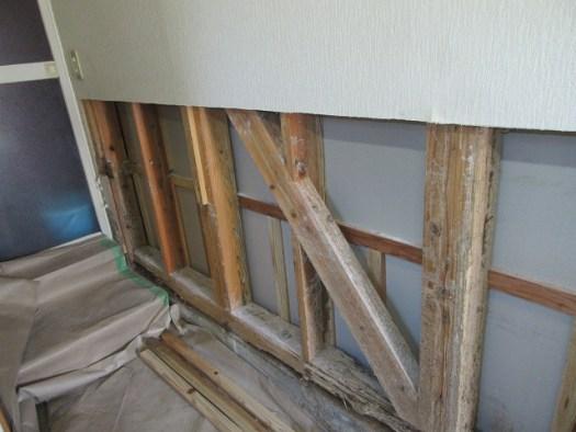 白アリ被害で壁剥ぎ