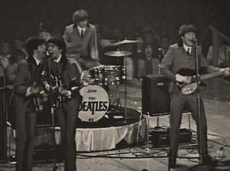George y Paul, cantando juntos, tienen la misma altura, ese centímetro que se llevaban apenas se aprecia. Paul no tiene que agacharse en absoluto (luego veremos imágenes en las que esto sí ocurre).