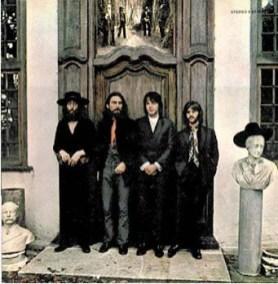 A continuación comentaremos algunas de las fotos de la última sesión que se hicieron juntos los Beatles el 22 de agosto de 1969. Salvo la manipulación fotográfica, no encuentro explicación a lo que se ve en ellas.