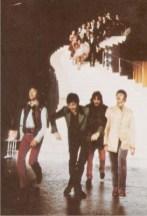"""John: """"No, Faul, mejor dóblalas así"""". Faul: """"Voy a probar"""". Ringo: """"Jaja, ahora soy yo el más alto"""". George: """"Tierra, trágame""""."""