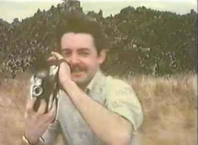 Aunque estamos hartos de verlas, imprescindible en cualquier timeline de Faul mostrar estos fotogramas de su viaje por Kenya, primerísimos momentos que tenemos de él, a excepción de la foto del White Album.