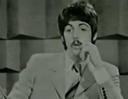 Primera entrevista de Faul, 18 de enero del 67. Esfuerzos inmensos en su expresividad para levantar las cejas, casi se le salen de la cara, incluso la izquierda, no tan levantada en Paul, tiene ganas de volar. Pero, aun así, la caracterización está estupenda. ¿Por qué no tomaron nota para después?