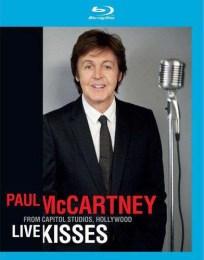 """Esta es la imagen con la que Faul promocionó su disco """"Live Kisses"""". Está claro que el photoshop está hoy en día al servicio de los famosos, eliminando arrugas no deseadas, reafirmando la piel…En fin, quitando añitos de encima. Pero lo que resulta curioso es que, si la comparamos con la de arriba, no sólo Faul parece mucho más joven… Es que parece mucho más Paul, o como ellos piensan que debería de haber sido."""