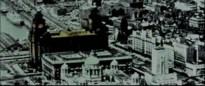 El video comienza con imágenes de Liverpool. Sus edificios, su puerto…
