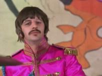 1:50 Ringo mirando serio a cámara
