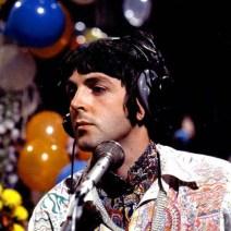 """Esta foto me encanta. Los PIA (Paul is alive) nos dirían: """"Es que """"Paul"""" era muy flexible"""". Tanto como para deformarse la oreja de semejante forma y no darse ni cuenta. Es como cuando les pisan a los payasos esos enormes zapatones que llevan… Me encantaría ver cómo quedó al quitarse el auricular. Supongo que llevaría otra de repuesto en el bolsillo para poder salir en antena."""