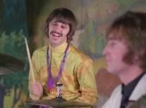 0:56, sin embargo, Ringo también parece haberse dado cuenta de algo gracioso.