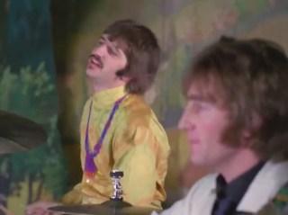 1:53, otra imagen de la cámara que enfoca a John y a Ringo, en esta ocasión no la incluyo porque pase algo, sino para que veamos que no sólo se hacían tomas de ellos cuando se reían. Es decir, que había una cámara enfocándoles todo el tiempo y las secuencias de más arriba se incluyeron a propósito en los momentos que quisieron.