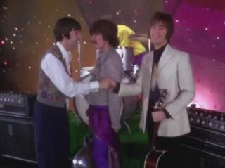 """""""I say Hello"""", se presentan entre ellos. Ni Ringo ni George hacen este gesto en todo el vídeo. George coloca en medio, encarándose con Faul en una actitud como mínimo agresiva."""