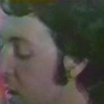 Video Mary Had a Little Lamb, podéis verlo para corroborarlo, se ve así en todas las secuencias. Qué horror, es que no doy crédito. Por lo menos en la anterior habían usado algún molde, pero esta parece que la hubiera esculpido su hija pequeña con plastilina. ¿Cómo grabas un vídeo así, Faul? ¡Pero si parece un gusano! Ten cuidado no pase una gallina por ahí y se la lleve…