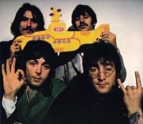 """Lo cual parece confirmarse con esta imagen. La """"P"""" de Paul en el submarino. Fundamental reseñar que al comienzo de los créditos se diga: Starring: Sargent Pepper's lonely hearts club band. … Y no """"Los Beatles""""."""