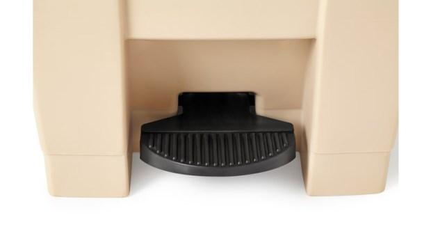 Pédale de la poubelle Step-On de couleur beige par Rubbermaid Commercial Products