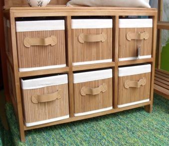 Mueble de bambú con cestas