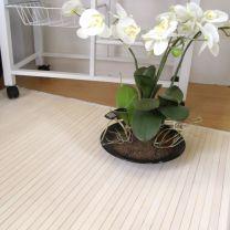 Composición blanca con alfombra de bambú