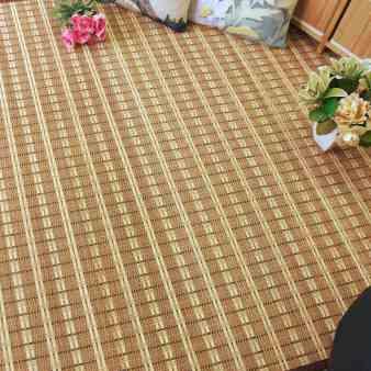 Alfombra trenzada de láminas de bambú