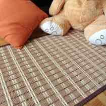 Nuestro osito prueba la alfombra de bambú