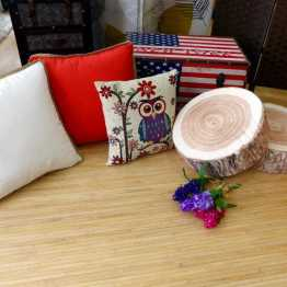 Alfombra de madera con complementos de decoración