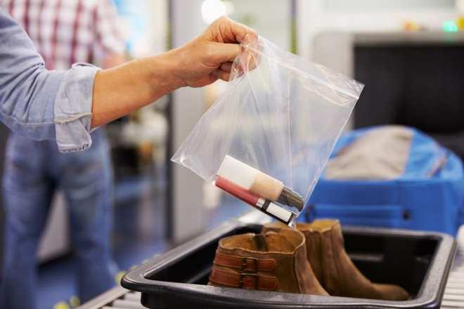 mettre les chaussures et les liquides dans les poubelles de la sécurité des aéroports