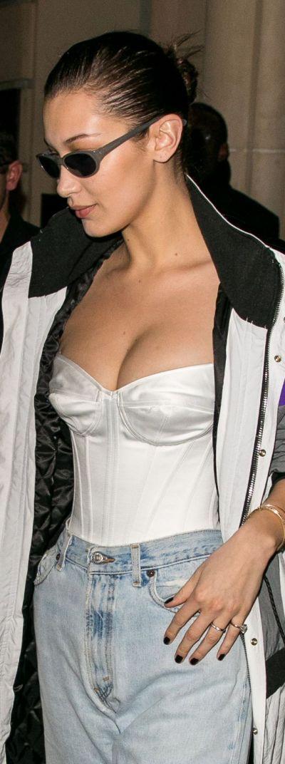 Tendances lingerie de stars : Bella Hadid en corset et jeans | Photo ©Getty Images
