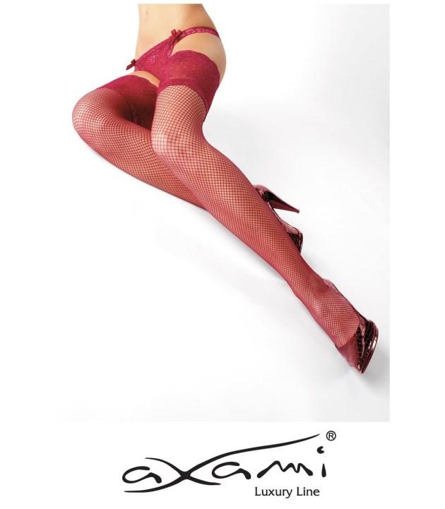 Porter des bas rouges avec une tenue noire, pour un look sexy | Photo by Axami