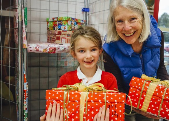 girl-grandmother-volunteering-christmas