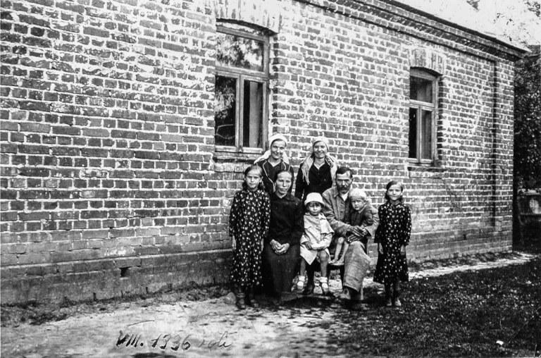 Stare fotografie w albumach rodzinnych