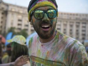 Un participante de una color run disfrutando del momento