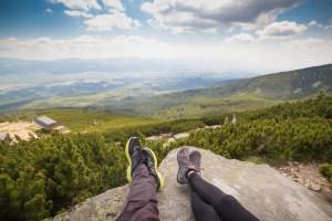 dos excursionistas se relajan ante unas magnificas vistas