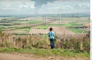 Braunkohlekraftwerk und Windräder. Blick von der Sophienhöhe Richtung Steinstraß; Tagebau Hambach, Rheinland. Foto © Dietrich Hackenberg