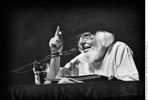 Ernesto Cardenal - nicaraguanischer suspendierter katholischer Priester, sozialistischer Politiker und Dichter bei einer Lesung in den 1990er Jahren. Foto © Dietrich Hackenberg