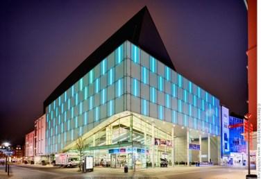 Das Konzerthaus bei Nacht. Die Ätzglasfassaden werden bei Veranstaltungen mit LED-Leuchten farbig beleuchtet. Brückstraßenviertel, Dortmund. Foto © Dietrich Hackenberg