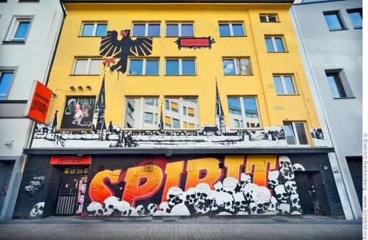 Die Fassadenmalerei des Spirit konterkariert eine historische Ansicht der Dortmunder Stadtmauer und Kirchen mit einem morbiden Schädelberg. Foto © Dietrich Hackenberg