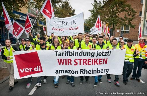 Spitze des Streikzuges von Amazon-Mitarbeitern durch Werne. Verdi amazon Streik in Werne am 24.09.2014. Foto © Dietrich Hackenberg - www.lichtbild.org
