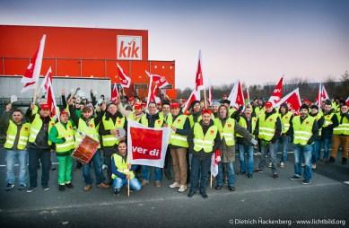 Streikende Verdianer vor Kik-Zentrallager. Verdi Streik bei der Kik Logistik GmbH in Bönen am 21.11.2014 Foto © Dietrich Hackenberg - www.lichtbild.org