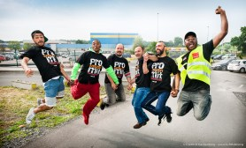 Springen für den Tarifvertrag - Amazon Werne Streik am 26.06.2015. Foto © Dietrich Hackenberg