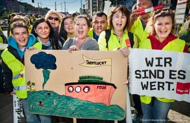 """Streik in ganz Deutschland und einer Großdemonstration in Düsseldorf protestieren Real-Beschäftigte am 30.09.2015 gegen den Ausstieg aus der Tarifbindung. Motto der Demonstration ist """"Zurück in die Zukunft: Voller Tarif!"""" Foto © Dietrich Hackenberg"""