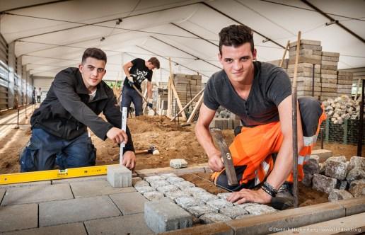Auszubildende im 2. Lehrjahr für Straßenbau. Ausbildungszentrum der Bauindustrie in Kerpen. Foto Dietrich Hackenberg