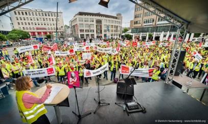 Zentrale Streikveranstaltung Einzelhandel NRW auf dem Kennedyplatz Essen am 24.05.2017. Foto Dietrich Hackenberg